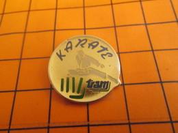 2319 PINS PIN'S / Beau Et Rare : Thème SPORTS / BAGARRE EN PYJAMA KARATE TRAM JUDO Fist In Ya Face ! - Judo