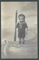 Petit Garçon Enfant Children En Habits De Marin Dans Un Bateau - PHOTO MONTAGE Fake Surréalisme Cliché JOUVEN à AIX - Anonyme Personen