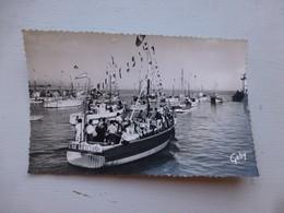 17 La Cotinière, Sa Flotille, Très Animée Vers 1950 Ref 921 CP01 - France
