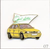Pin's Automobile - Opel / Modèle Astra - Carrosserie Jaune-orange. Estampillé Démons & Merveilles. EGF. T684-07 - Opel