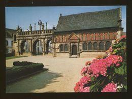 Sizun (29) : La Porte Monumentale Du XVIè Et La Chapelle Ossuaire - Sizun