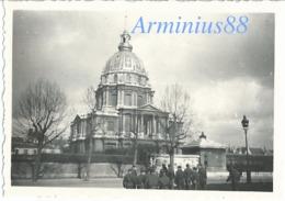 """Paris Sous L'occupation - """"März 1941"""" - Avenue De Tourville - Vue Sur Des Soldats Allemands Devant L'Hôtel Des Invalides - Guerra, Militares"""