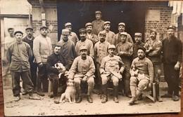 Carte Photo, Groupe De Soldats Avec Chiens, Ancre Sur Képis,19 ème Régiment Sur Col,un Soldat Avec Marteau, Atelier? - Reggimenti