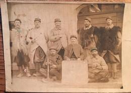 Carte Photo (procédé Ancien?) Groupe Soldats 96 ème Régiment ( Vêtus Gilets Fourrure), Tableau Souvenir De 1905 Ou 1915? - Personaggi