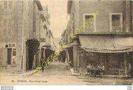 84.  ORANGE .  Rue Victor Hugo .  CPA Animée  ( Devant Café Victor Hugo ) . - Orange
