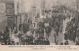 MARS 1911 - MANIFESTATION DES VIGNERONS DE L'AUBE LE 19 A BAR SUR AUBE - LE DEFILE RUE NATIONALE - BELLE CARTE TRES ANIM - Bar-sur-Aube