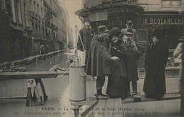 75 - PARIS - La Grande Crue De La Seine (Janvier 1910) - Carrefour Des Rues De Verneuil Et Du Bac - Le Galant Agent - La Crecida Del Sena De 1910