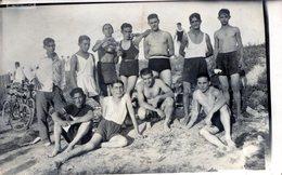 GRUPO DE HOMBRES JOVENES EN LA PLAYA. YOUNG MEN'S GROUP ON THE BEACH.  - NTVG. - Fotografía