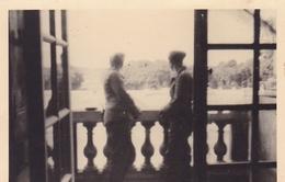 PHOTO ORIGINALE 39 / 45 WW2 WEHRMACHT FRANCE VERSAILLES SOLDATS ALLEMANDS SUR UN BALCON DU CHATEAU VUE SUR LES JARDINS - Guerre, Militaire