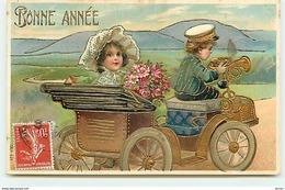 N°13079 - Carte Gaufrée - Bonne Année - Couple Dans Une Voiture - Nieuwjaar