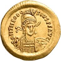 Theodosius II. (402 - 450): Solidus (Gold), Constantinopel. Behelmte Büste, D N THEODO SIVS P F AVG - Ohne Zuordnung