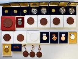 Alle Welt: Kleines Lot Münzen Und Medaillen Aus Aller Welt. Dabei 2 Kleine Ordner Mit DDR Und Weltmü - Ohne Zuordnung