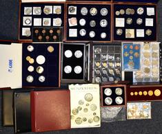 Alle Welt: 4 Münzalben, Diverse Holzboxen Mit Münzen Und Medaillen Aus Aller Welt. Überwiegend Klein - Ohne Zuordnung