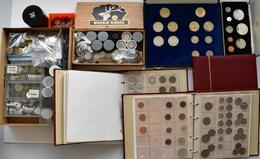 Alle Welt: 3 Münzalben Sowie Einige Schächtelchen, Filmrollen Und Tütchen Voll Mit Münzen Aus Aller - Ohne Zuordnung