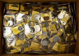 Alle Welt: Eine Schachtel Voll Mit Münzen Aus Aller Welt. Die Münzen Sind In Münztaschen Aufbewahrt - Ohne Zuordnung