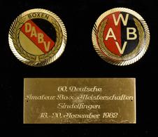 Medaillen Alle Welt: Etui Mit 2 Plakette Und Gravierter Platte 60. Deutsche Amateur Box-Meisterschaf - Entriegelungschips Und Medaillen