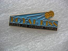Pin's Des Grands Mousseux THIEBAUD, Royal-Kiss. Vins Mousseux Suisse à Colombier - Boissons