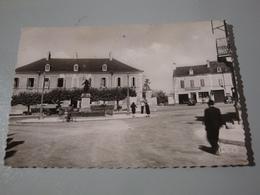 18 DUN SUR AURON HOTEL MARGOT MONUMENT AUX MORTS BERRY GARAGE CYCLES COUBRET - Dun-sur-Auron