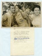 PHOTO ASSOCIATED PRESS TOUR DE FRANCE 1953 LOUISON BOBET REMPORTE LA 18è ETAPE A BRIANCON ET EMBRASSE JEAN MALLEJAC - Radsport