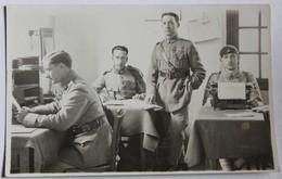 Carte Photo 4 Soldats Dans Un Bureau Machine à écrire 503 Au Col 503e Régiment De Chars De Combat - Régiments