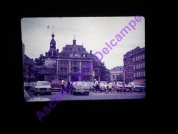 Slide Amateur Diapositive Amateur Belgique,  1972 Namur Parking Mobylettes Mercedes Automobiles - Dias