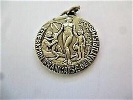 Médaille Fédération Française De Naturisme  Diamètre 3.2 Cm Dos Vierge Argenté / 33NAT - Altri
