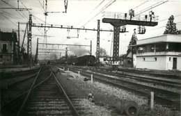060120A TRANSPORT TRAIN CHEMIN DE FER - PHOTO FONTAINE Circa 1950 - 01 BOURG EN BRESSE La Gare - Bourg-en-Bresse