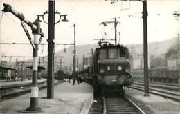 060120A TRANSPORT TRAIN CHEMIN DE FER - PHOTO BREHERET FONTAINE 1955 - 87 ST SULPICE LAURIERE La Gare - Autres Communes