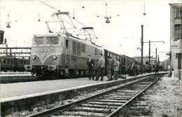 060120B - PHOTO SCHNABEL TRANSPORT TRAIN CHEMIN DE FER - 1953 Loco Train SNCF BB-9001 En Gare De Paris Lyon - Stations With Trains