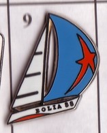 X09 Pin's Bateau Voilier EOLIA 88 Informatique Limonest Rhone Signé COINDEROUX PRIVILEGE Qualité Arthus Achat Immédiat - Barcos