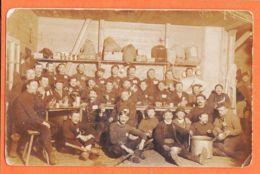 Nw850 Carte-Photo Tablée Groupe Prisonniers GUERRE 1914-1918 Brassard K.C  Coll Du 122e Régiment - War 1914-18