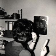 Photo Carrée Originale Jeu De Miroir Pour La Plus Belle Pour Aller Danser Se Recoiffant Vers 1970 - Pin-ups