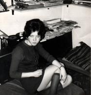 Photo Carrée Originale Pin-Up à La Mini Jupe Sexy Laissant Apparaître Sa Petite Culotte & Disques Vinyles Vers 1970 - Pin-ups