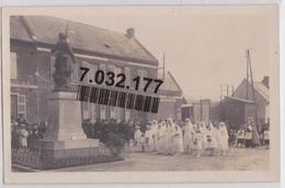 LANDIFAY - Carte-photo D'une Cérémonie Religieuse Devant Le Monument Aux Morts Confrèrie Du Saint-Rosaire - Sonstige Gemeinden