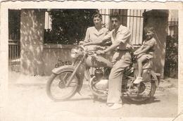 Vieille Photo De Moto Landaise, Motobécane ?, Photo De Famille Vers 1950 - Automobiles