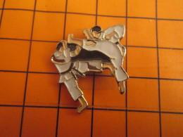 2519 PINS PIN'S / Beau Et Rare : Thème SPORTS / BAGARRE EN PYJAMA JUDO KARATE MA FEET IN YA FACE !!! - Judo