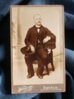 Photo CDV Willemse à Embrun  Homme Assis  Grand Chapeau Posé Sur Son Genou  CA 1895-1900 - L481C - Antiche (ante 1900)