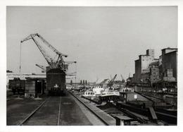 Photo Originale Port Industriel & Péniches Dont POBEDA Au Quai De Déchargement, Grues & Wagons De Trains - Boten