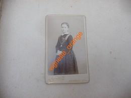 CDV 1890  Photo Pierre Petit Jeune Fille Cérémonie Ruban Médaille Religieux - Anonieme Personen