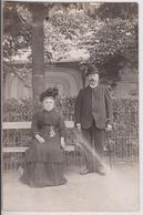 CARTE PHOTO ECRITE DE VICHY (03) EN 1909 : CURISTES SUR UN BANC DANS LES JARDINS DES THERMES OU DU CASINO -z R/V Z- - Vichy