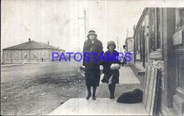 128095 ARGENTINA USHUAIA TIERRA DEL FUEGO VISTA DE LA CALLE COSTUMES WOMAN & GIRL  POSTAL POSTCARD - Argentine