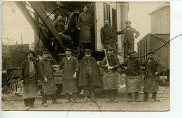 CARTE PHOTO A IDENTIFIÉE. CPA. Ouvriers Avec Une Grue, Train Vapeur  PLM ?  , Wagons , Cheminots - Photographs