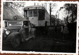 Photo Originale Tacot Coupé à Identifier Tractant Une énorme Remorque Vitrée Ambulante Genre Tramway Sur Roues 1930/40 - Automobiles