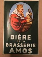 Plaque émaillée (bombée) En Parfait état, Brasserie Amos (Gambrinus Regardant à Droite) Fond Vert - Licores & Cervezas