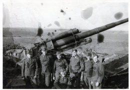 Photo De Soldats Allemand  Posant Devant Un Canon De D C A  Allemand En 39-45 ( Avec Le Nom Des Soldat A L'arrière ) - Krieg, Militär