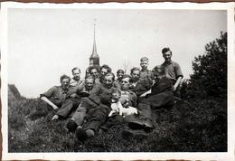 Photo Originale Groupe D'Hommes En Tenue De Travail & Enafnts Devant Le Clocher De Brokdorf En Allemagne 1930/40 - Places