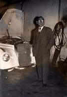 Photo Originale Homme Posant Devant Une Mercedes-Benz Modèle 300 B De 1955 En Carrosserie Capot Ouvert - Coches