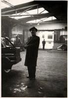 Photo Originale Homme Posant Dans Son Garage, Atelier De Carrosserie En 1957 - Auto's