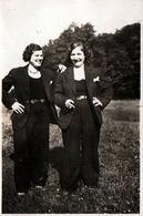 Photo Originale Femmes Déguisées En Homme, Cigarette, Lesbiennes Ou Simple Déguisement Vers 1940 - Personnes Anonymes