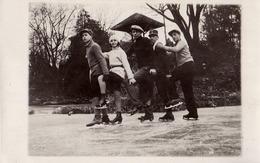 BUZAU / ROMANIA : IARNA LA PATINAJ / PATINAGE En HIVER / WINTER SKATING - CARTE VRAIE PHOTO / REAL PHOTO - 1930 (ad555) - Rumänien
